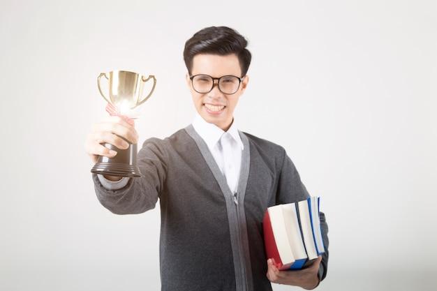 Pós-graduação segurando o troféu de ouro. o estúdio disparou no fundo branco. conceito de educação Foto Premium
