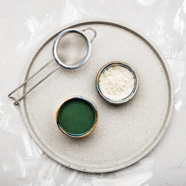 Pós orgânicos de verde e branco vista superior Foto gratuita