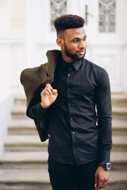 Posando de homem de negócios americano africano Foto gratuita