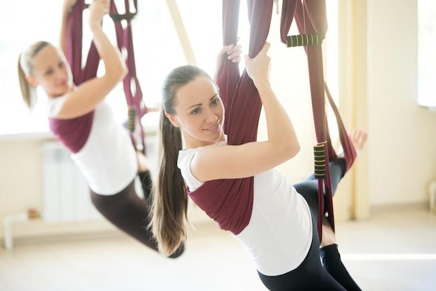 Poses de ioga na rede Foto gratuita