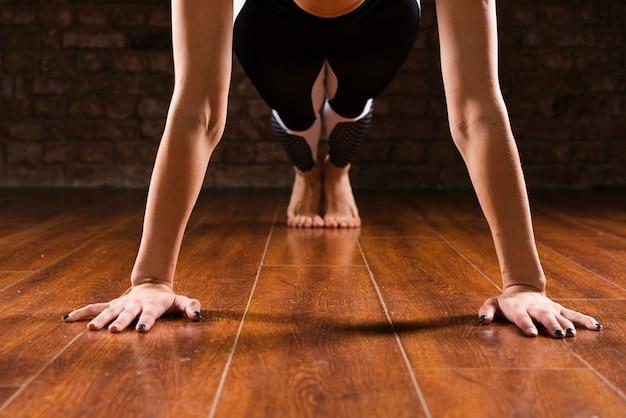 Posição de flexões de mulher close-up Foto gratuita
