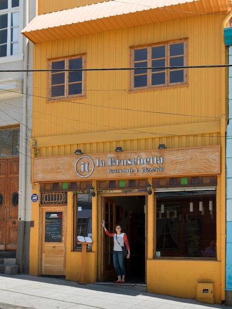Posição mulher, em, entrada, de, um, restaurante, valparaiso, chile Foto Premium