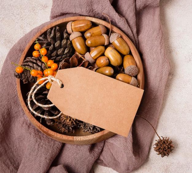 Posição plana da bola de outono com pinhas e bolotas Foto gratuita