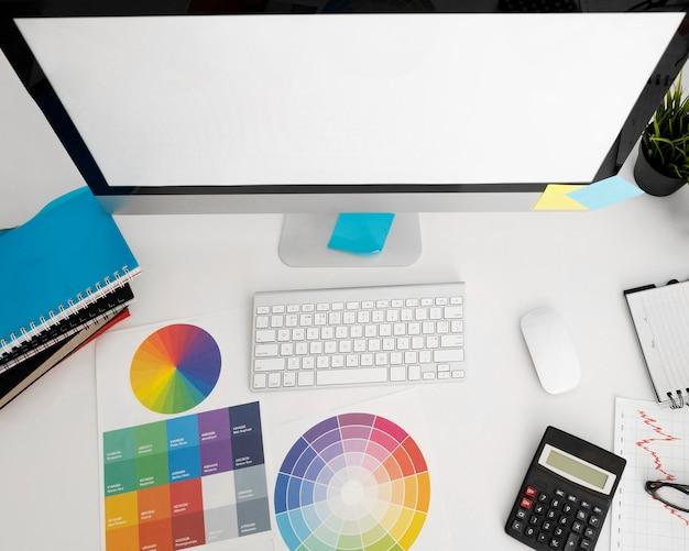 Posição plana do computador pessoal na mesa do escritório com calculadora Foto Premium