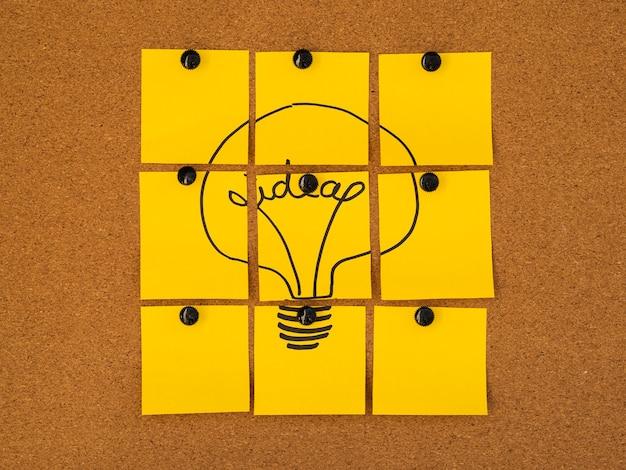 Post-it amarelo conceito de idéia de lâmpada Foto gratuita