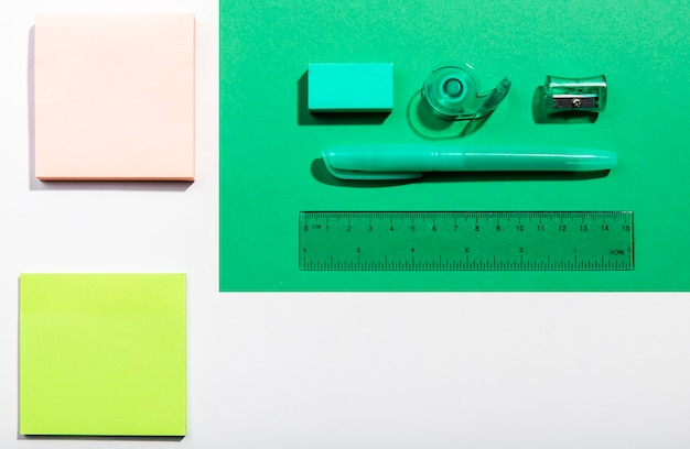 Post-it, cartões, e, escola, ferramentas, vista superior Foto gratuita