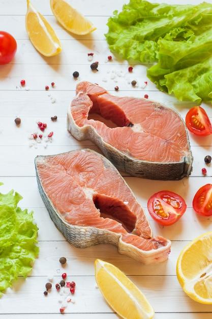 Posta de peixe vermelho cru com limão e especiarias Foto Premium