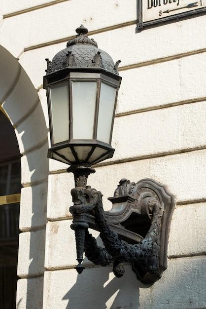 Poste de luz decorativo montado na fachada do edifício Foto Premium