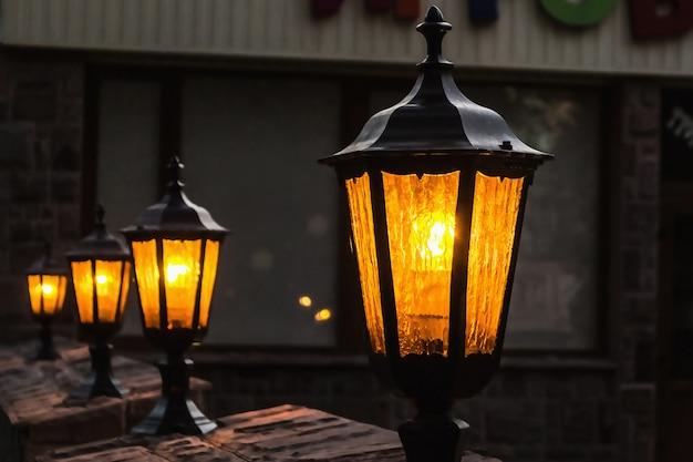 Poste de luz pequeno velho em pé em uma fileira Foto Premium