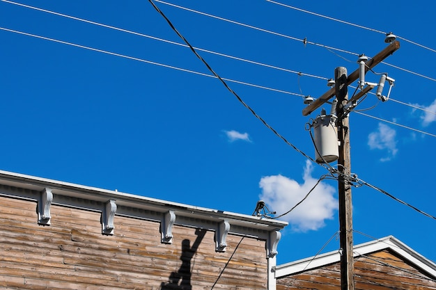 Poste de madeira com cabos elétricos Foto Premium