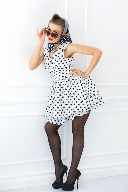 Pôster. garota de vestido bonito Foto gratuita