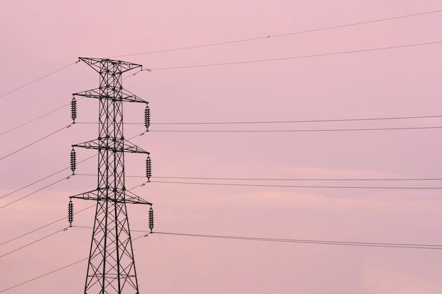 Postes de electricidade com céu rosa, pôr do sol Foto Premium