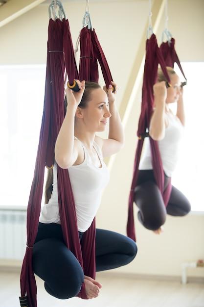 Postura de baddha konasana yoga na rede Foto gratuita