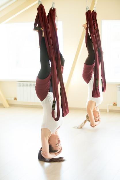 Postura de ioga invertida na rede Foto gratuita
