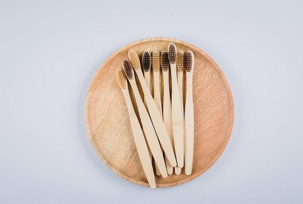 Postura plana com escovas de dente de bambu Foto Premium