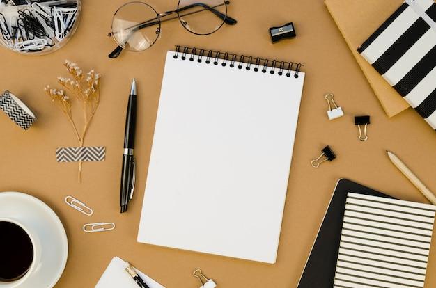 Postura plana da área de trabalho com notebook e óculos Foto Premium