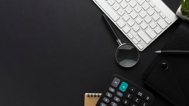 Postura plana da área de trabalho com teclado e calculadora Foto gratuita