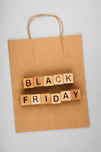 Postura plana da palavra sexta-feira negra no fundo liso Foto gratuita