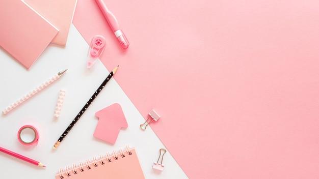 Postura plana de artigos de papelaria de escritório com espaço de cópia e lápis Foto gratuita