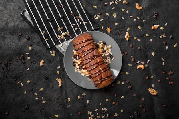 Postura plana de bolo no prato com nozes Foto gratuita