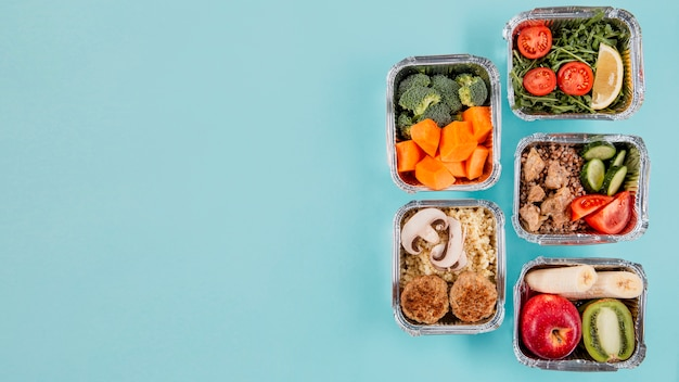 Postura plana de caçarolas com refeições e espaço para texto Foto gratuita