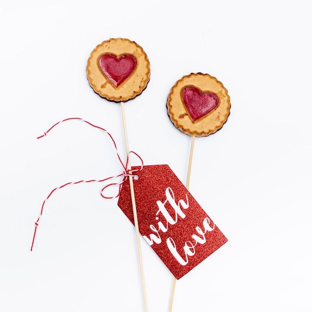 Postura plana de cookies de dia dos namorados com tag Foto gratuita