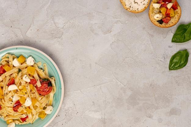 Postura plana de delicioso foon italiano com espaço de cópia Foto gratuita