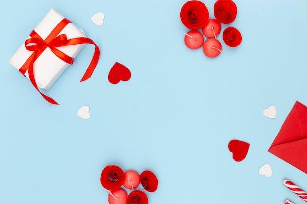 Postura plana de dia dos namorados presente com envelope e coração Foto gratuita