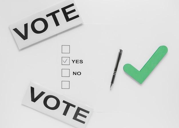 Postura plana de eleição com o conceito de boletim de voto Foto gratuita