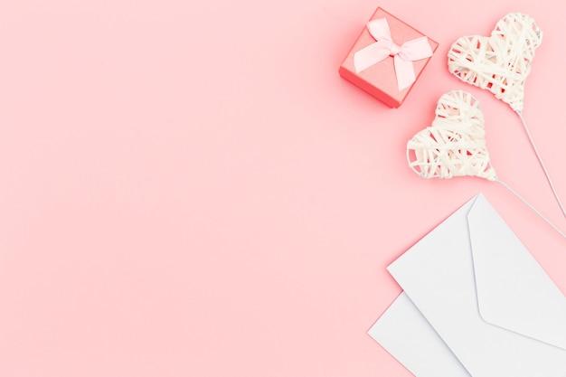 Postura plana de envelope e corações Foto gratuita