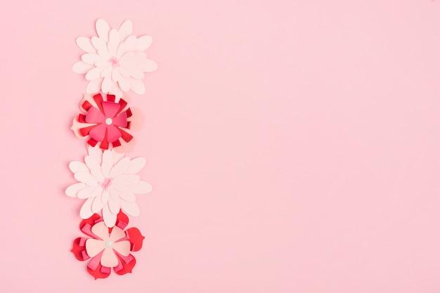 Postura plana de flores de primavera de papel multicolorido com espaço de cópia Foto gratuita