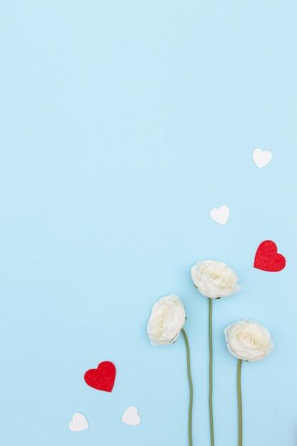 Postura plana de flores dia dos namorados com cópia espaço e corações Foto gratuita