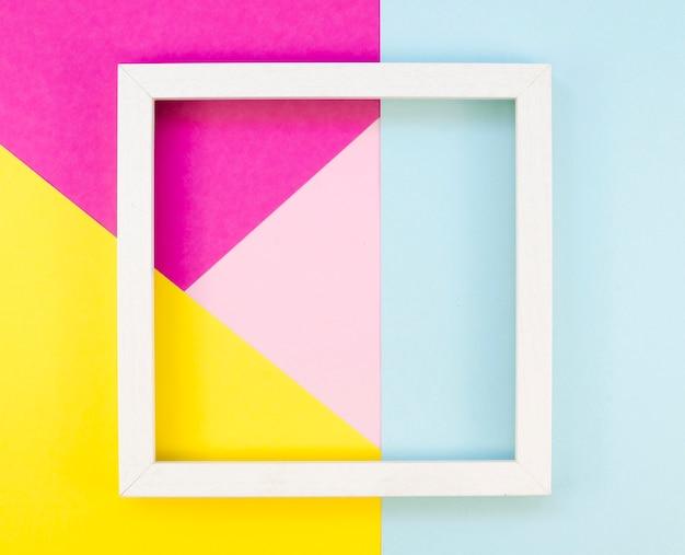 Postura plana de geometria de papel colorido com moldura Foto gratuita