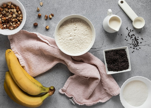Postura plana de ingredientes alimentares com bananas Foto gratuita