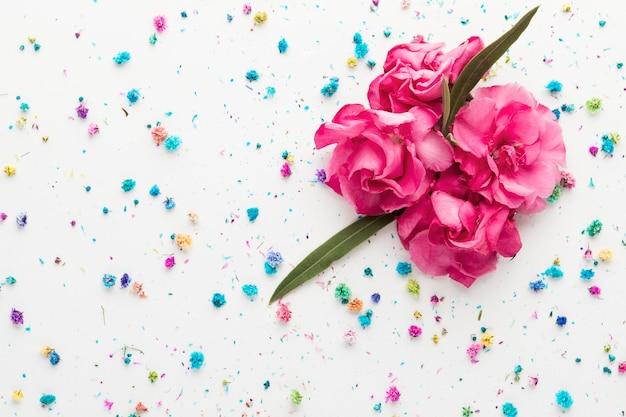 Postura plana de lindo buquê floral Foto gratuita