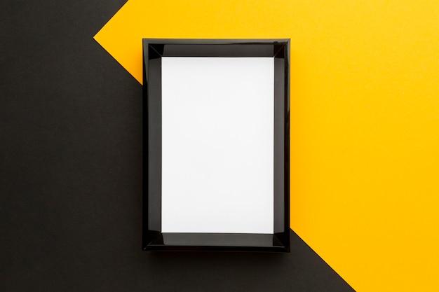 Postura plana de moldura preta com espaço de cópia Foto gratuita