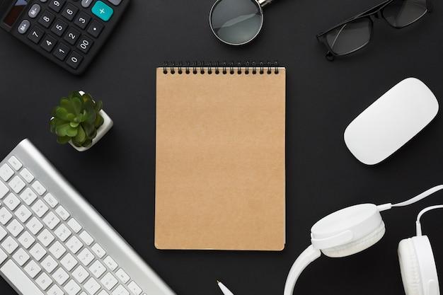 Postura plana de notebook com teclado na área de trabalho Foto gratuita