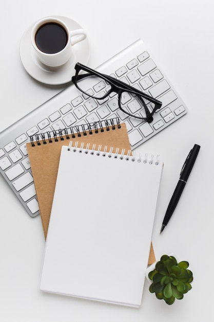 Postura plana de notebooks e teclado na área de trabalho Foto Premium