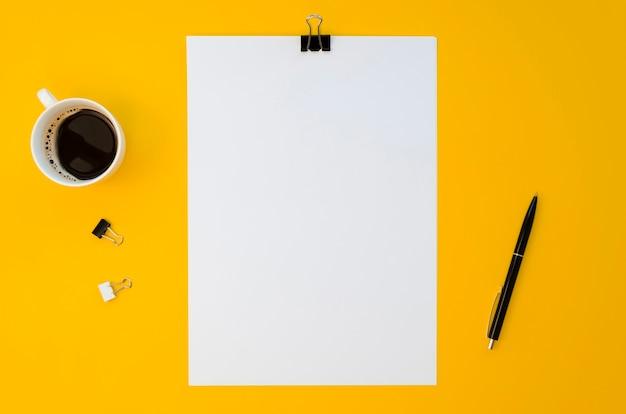 Postura plana de papel em branco com caneca de café Foto gratuita