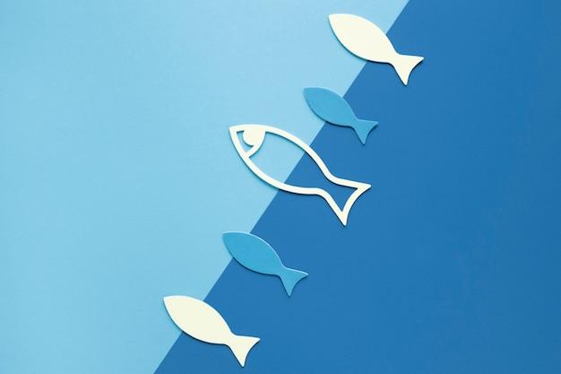 Postura plana de peixe de papel Foto gratuita