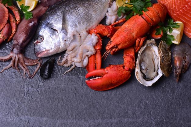 Postura plana de peixe fresco e lula Foto Premium
