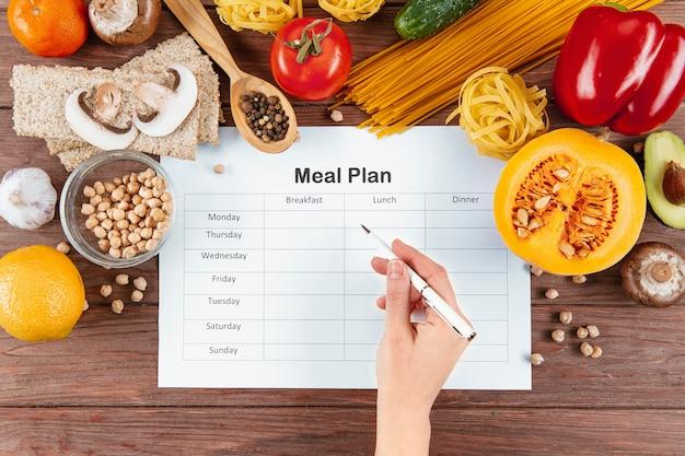 Postura plana de plano de refeições com massas e ingredientes Foto Premium