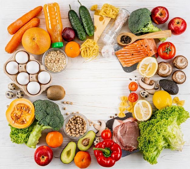 Postura plana de variedade de frutas e legumes Foto gratuita