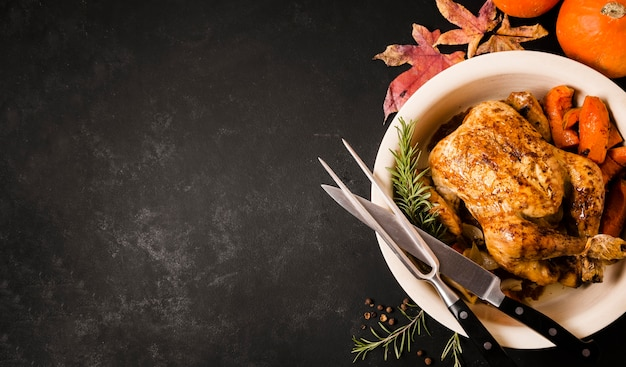 Postura plana do prato de frango assado de ação de graças com espaço de cópia Foto Premium
