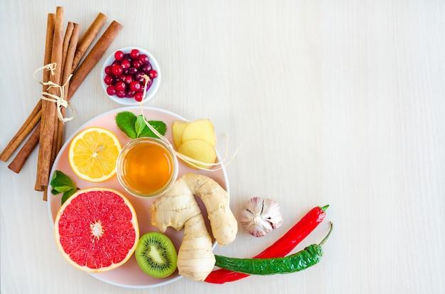 Postura plana, produtos naturais de vista superior, alimentos naturais com vitamina c em fundo de madeira. Foto Premium