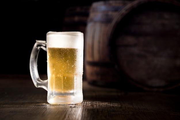 Pote de cerveja cheia Foto gratuita