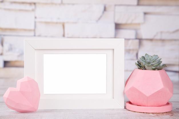Pote de gesso branco moldura rosa, com planta suculenta Foto Premium