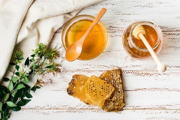 Pote de mel com favo de mel Foto gratuita