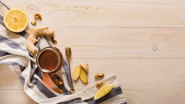 Pote de mel de vista superior com comida e honeyspoon Foto gratuita