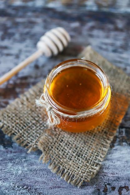 Pote de mel e uma concha de sopa de mel. Foto Premium